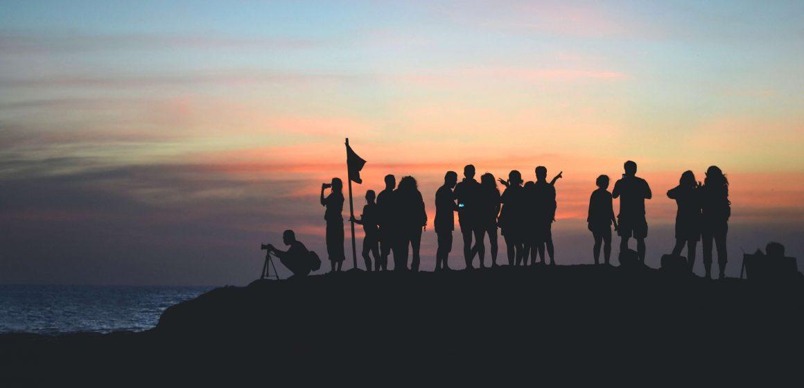 Zarys grupy osób na szczycie góry