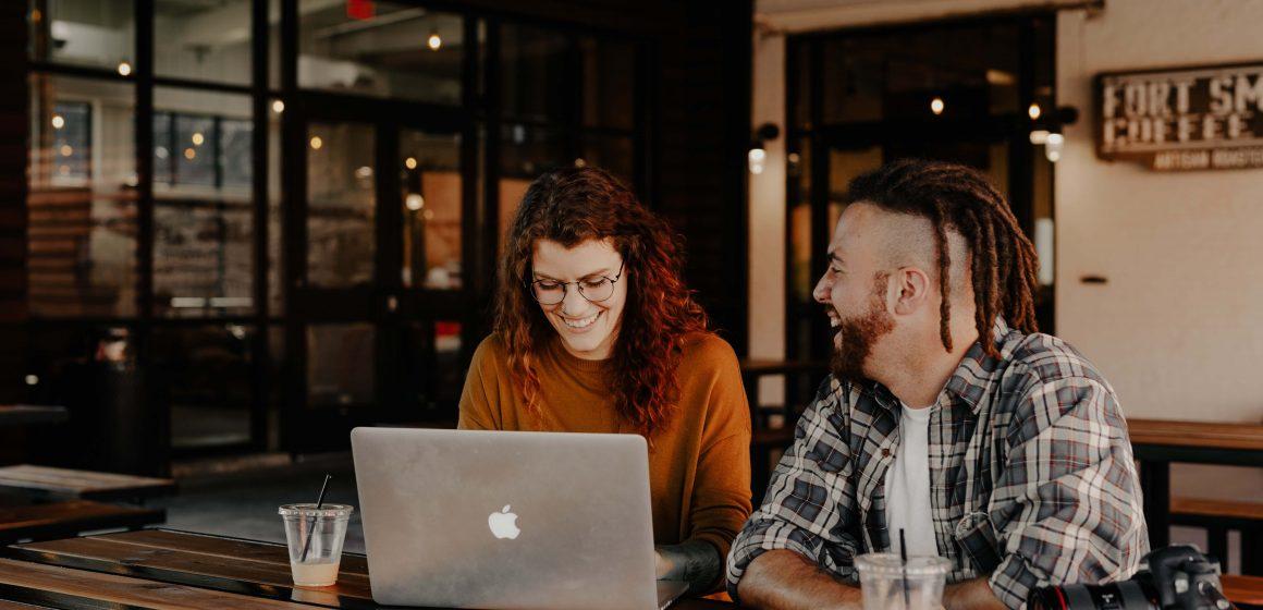 Młode osoby przy laptopie