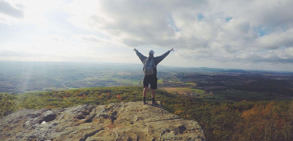 Mężczyzna na szczycie góry