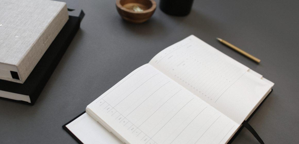 Kalendarz rozłożony na biurku
