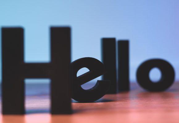 "Napis ""hello"""