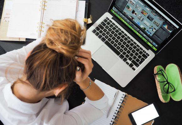 Załamana kobieta przy laptopie