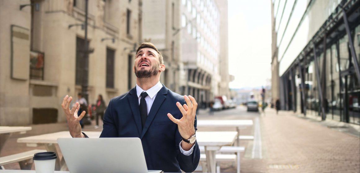 Sfrustrowany mężczyzna przy laptopie