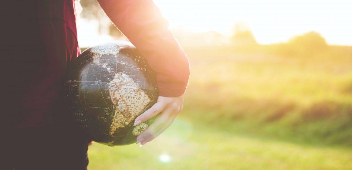 Osoba z globusem w rękach