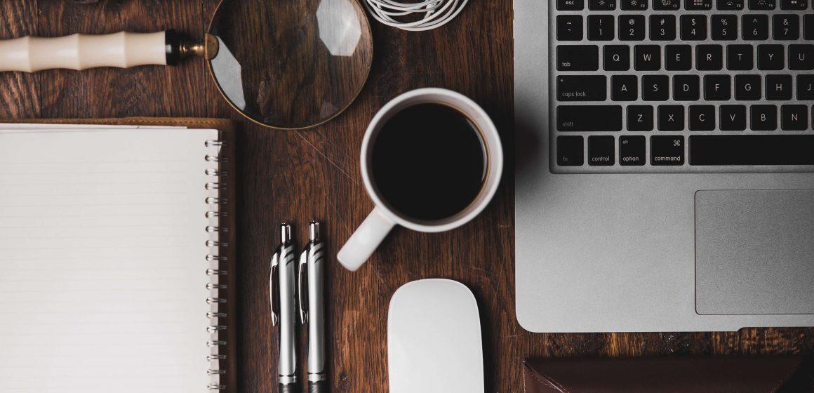 Przedmioty biurowe na biurku