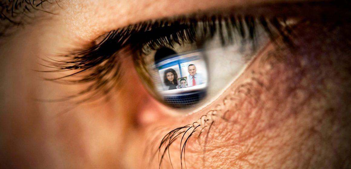 Odbicie ekranu laptopa w oku