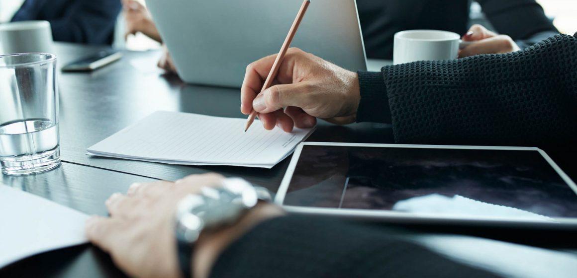 Zbliżenie na dłonie na biznesowym spotkaniu