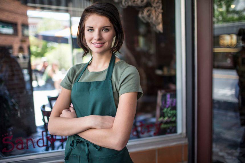 Młoda kobieta w zielonym fartuszku