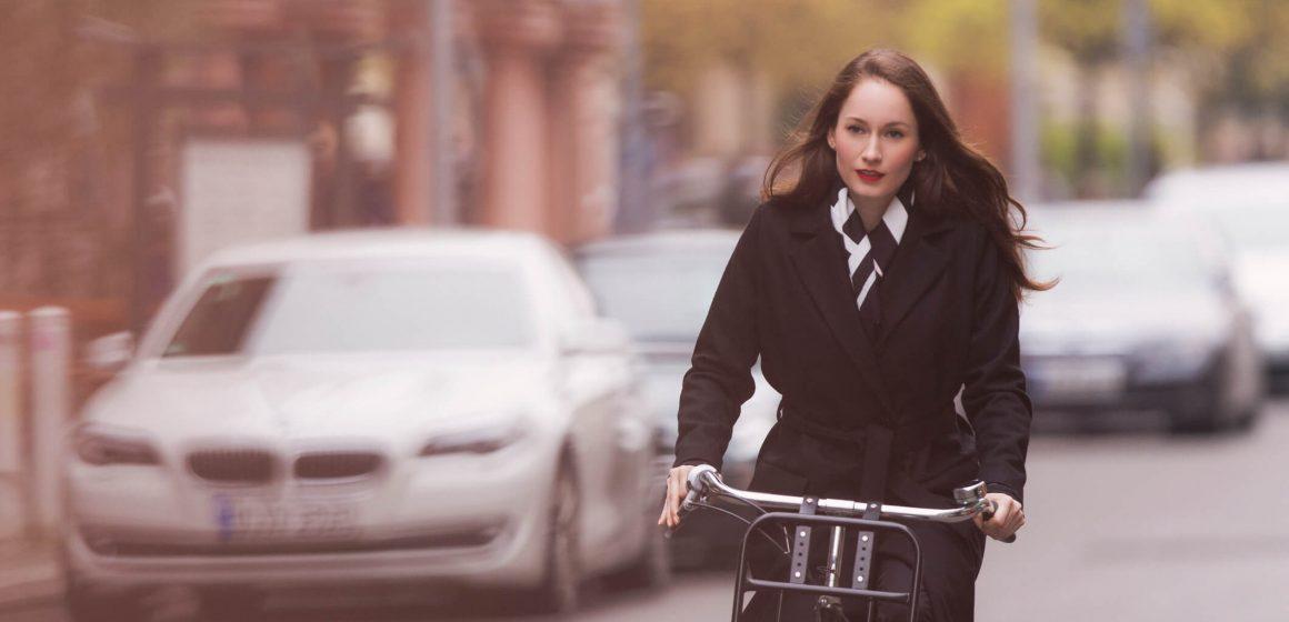 Elegancka kobieta jedzie do pracy na rowerze