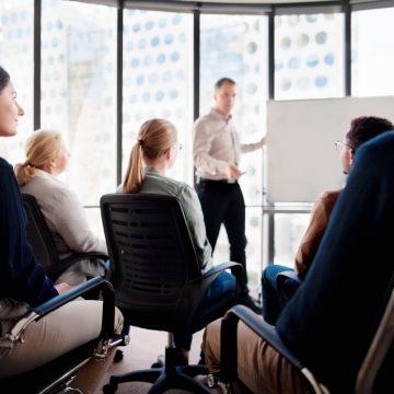 Jak sprawnie organizować firmowe szkolenia?