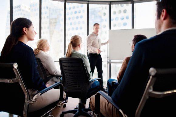 Szkolenie firmowe z białą tablicą